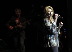 Patty Loveless and Chris Young - Love Don't Let me Down