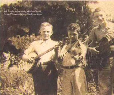 De 13-jarige Ralph Stanley met z'n vriend en fiddleplayer Bernard Nunley en z'n broer Carter Stanley